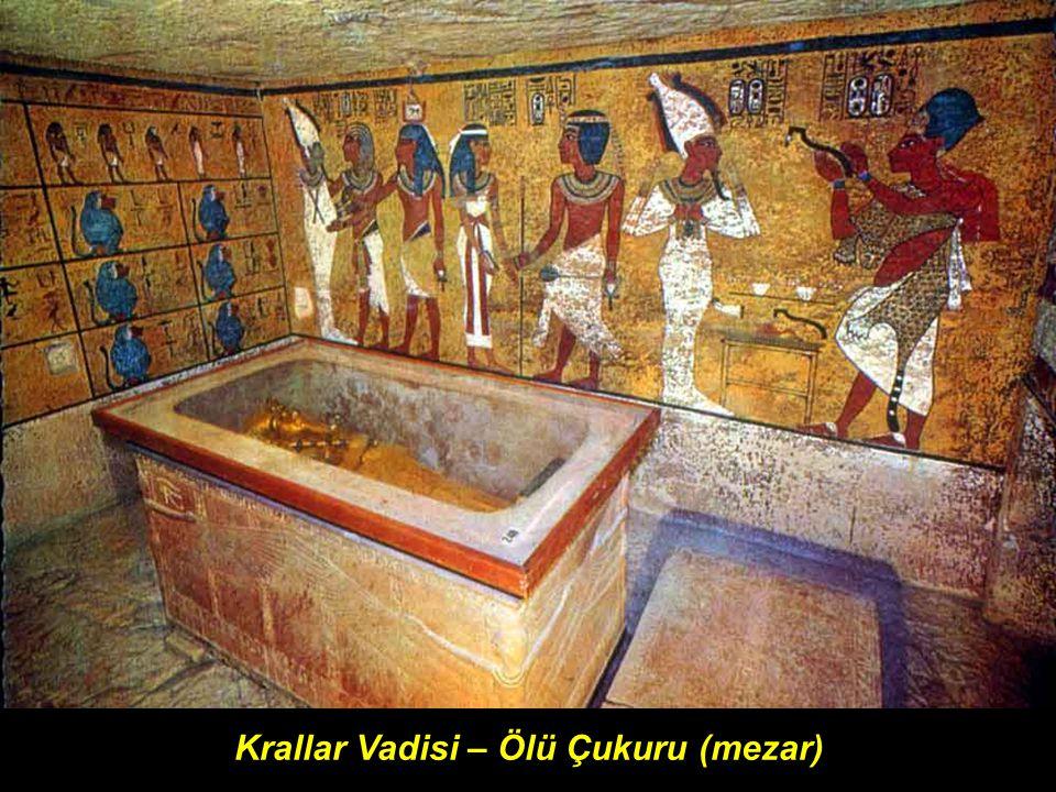 Mezarın bulunduğu oda da, boyu 5 metreden fazla yaklaşık 3 metre yüksekliğinde, altınla kaplı dev bir mezar vardı.