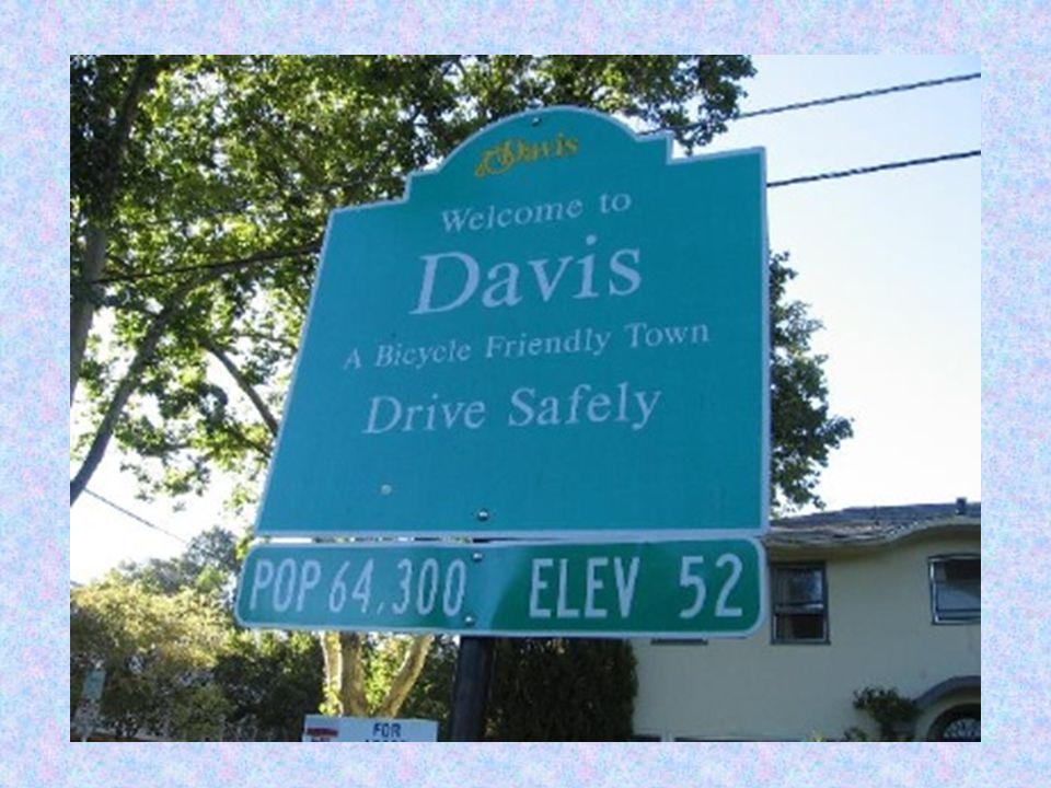 TARİHÇE Davis Şehri 1868 yılında kuruldu.Orjinal adı Davisville olan şehir ismini önemli bir yerel çiftçi olan Jerome C.Davis ten almıştır.Davisville postanesi şehrin adını 1907 de kısalttı ve bu değişiklik 1917 Mart ında resmileşti.Davis şehri yaklaşık 64.500 nüfusuyla üniversite odaklı bir şehirdir.Çevresel farkındalığa,ilerici süreçlere,yenilikçi sosyal programlara bağlılığıyla bilinen eşsiz bir üniversite ve konut topluluğuna sahiptir.Şehrin yaşam kalitesi küçük kasaba tarzına yansır,şehir şu sembollerle bilinir ve bu özellikler eko kent olma özelliğini yansıtır; enerji tasarrufu,çevre programları,yeşil bantlar,parklar,ağaçların korunması,İngiliz kırmızı çift katlı otobüsler,bisiklet yolları,kişi başına düşen bisiklet sayısı kayıtları,eğitim kurumlarının kalitesi gibi.
