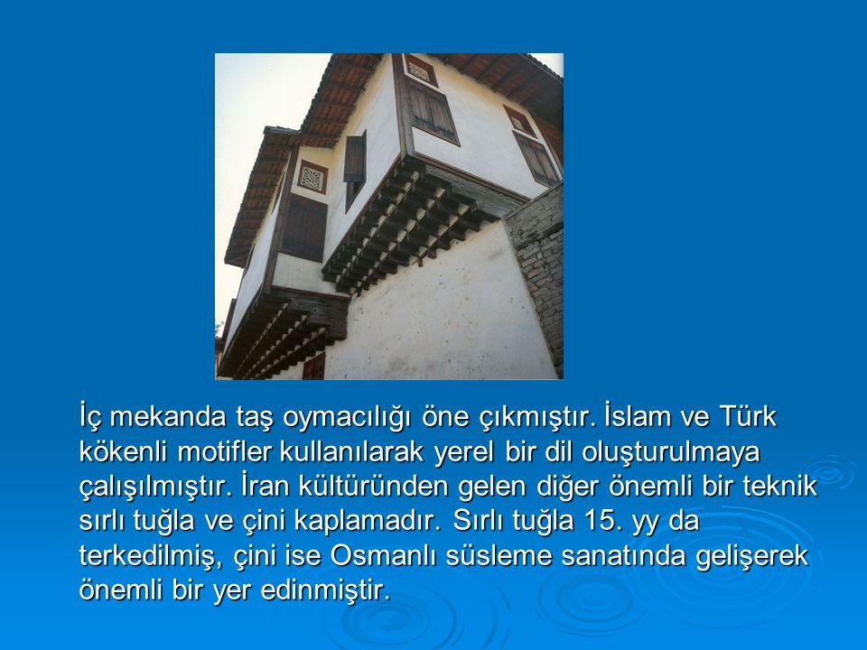 İç mekanda taş oymacılığı öne çıkmıştır. İslam ve Türk kökenli motifler kullanılarak yerel bir dil oluşturulmaya çalışılmıştır. İran kültüründen gelen