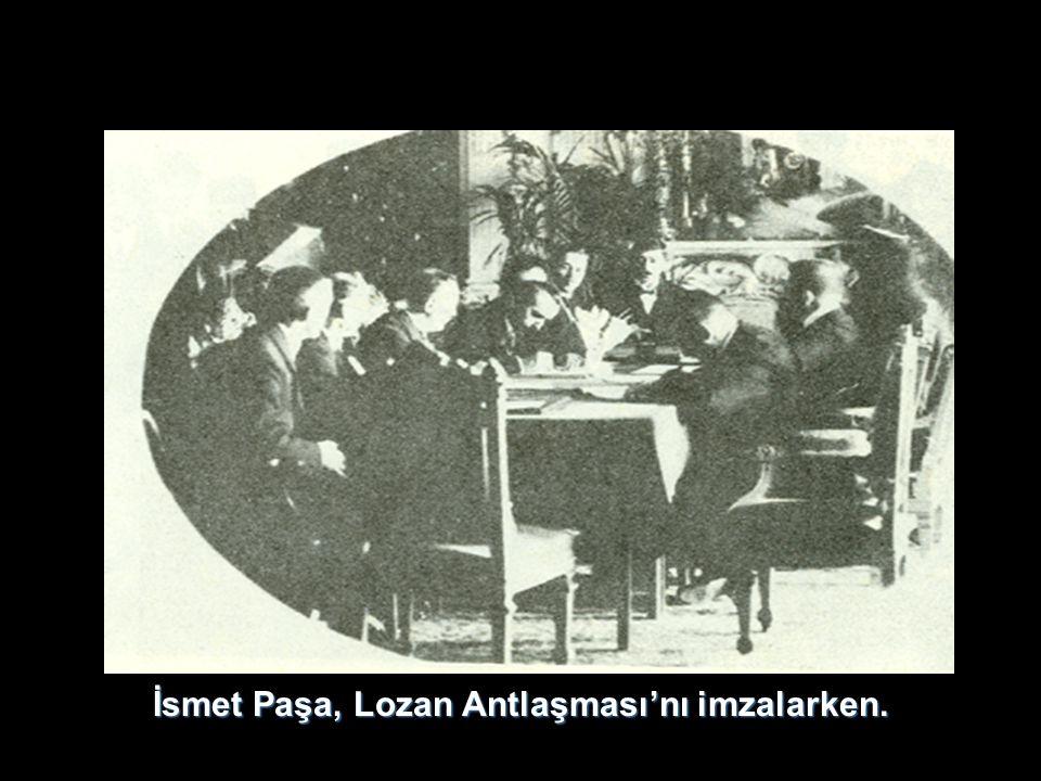 İsmet Paşa, Lozan Antlaşması'nı imzalarken.