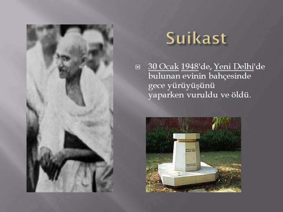  30 Ocak 1948 de, Yeni Delhi de bulunan evinin bahçesinde gece yürüyüşünü yaparken vuruldu ve öldü.