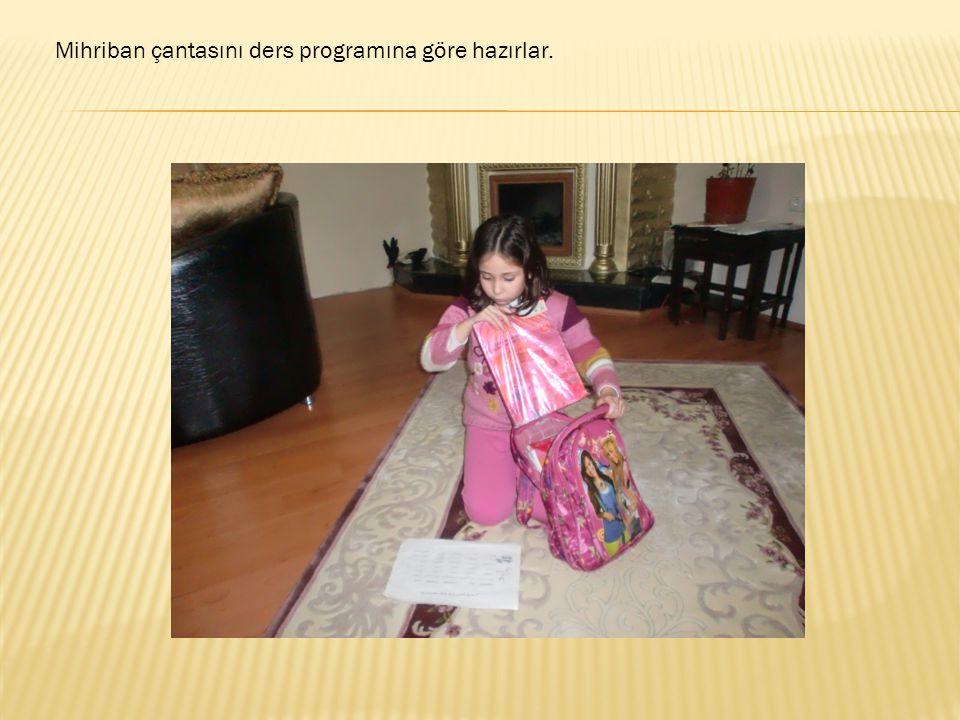 Mihriban çantasını ders programına göre hazırlar.