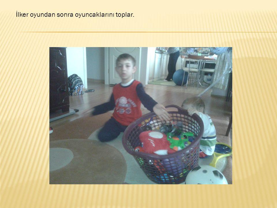 İlker oyundan sonra oyuncaklarını toplar.