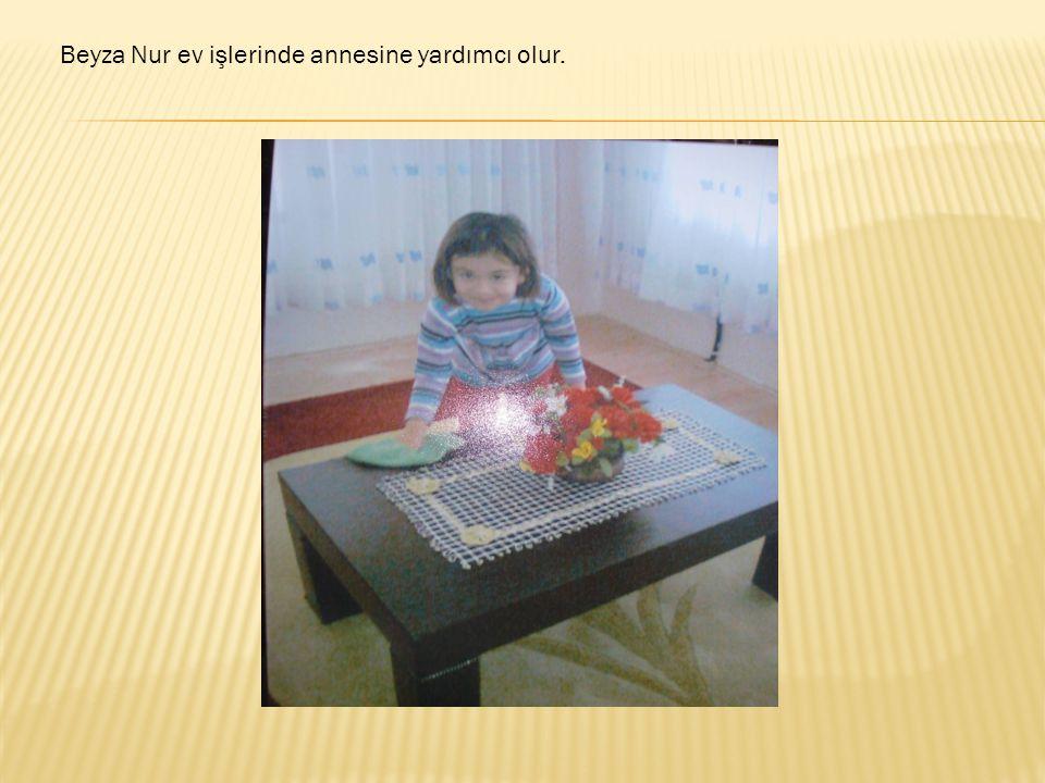 Beyza Nur ev işlerinde annesine yardımcı olur.