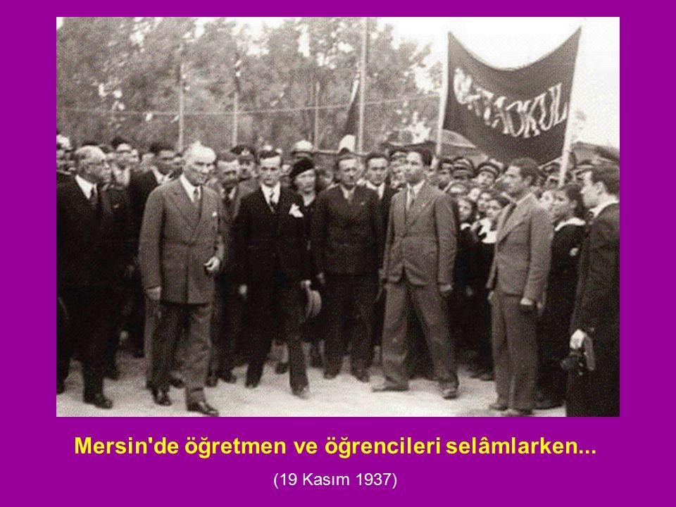 Mersin'de öğretmen ve öğrencileri selâmlarken... (19 Kasım 1937)
