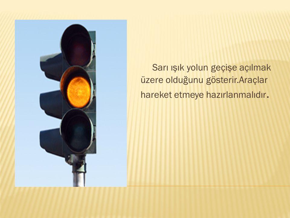 Yeşil ışık yolun geçişe açık olduğunu gösterir.Araçlar hareket ederek yola devam eder.