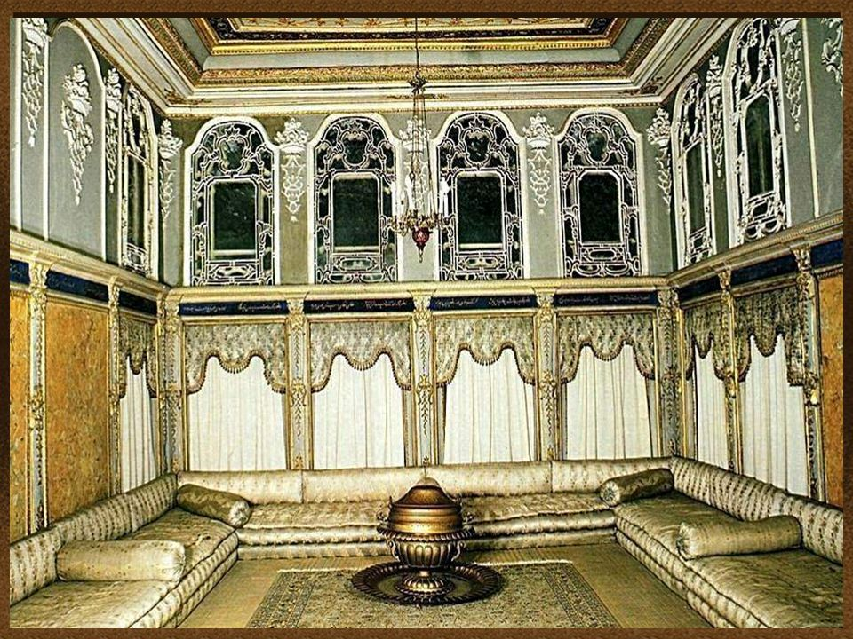 La conception et la décoration du palais, reflète l'influence croissante des styles européens et un mélange de la culture ottomane