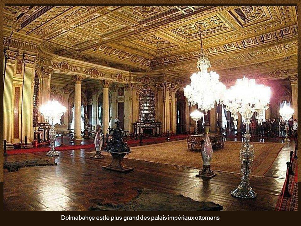 Algunas de las muchas obras de arte que se pueden admirar en el Palacio.. Quelques pièces de la vaste collection d'œuvres d'art en or