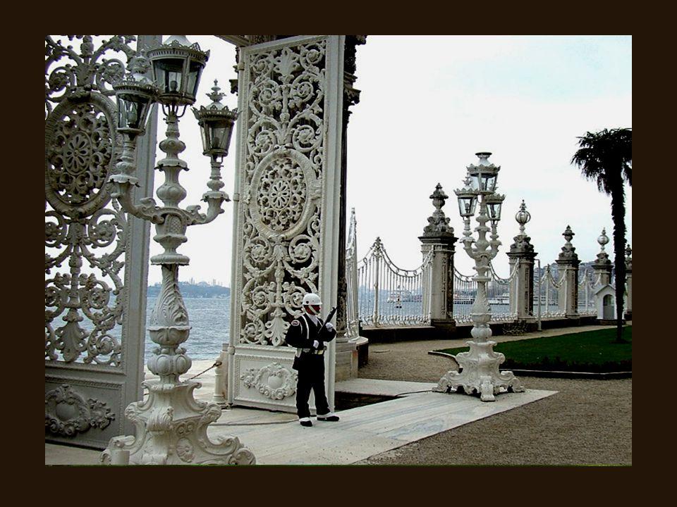 Le palais de Dolmabahçe (en turc : Dolmabahçe Sarayı) situé à Istanbul, en Turquie, sur le côté européen du Bosphore, a servi en tant que principal ce