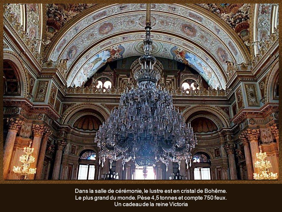 Dans la salle de cérémonie, le lustre est en cristal de Bohême.