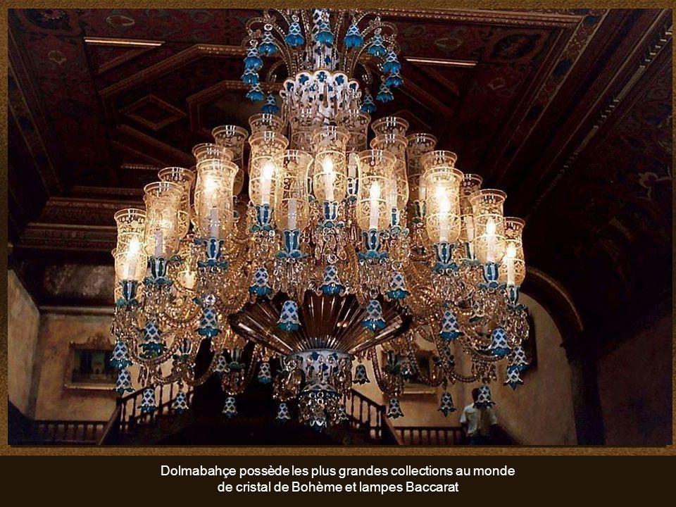 Dans la salle de cérémonie, le lustre est en cristal de Bohême. Le plus grand du monde. Pèse 4,5 tonnes et compte 750 feux. Un cadeau de la reine Vict