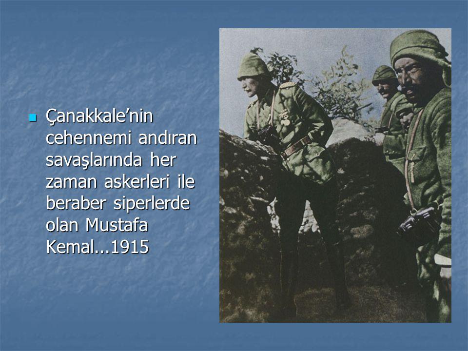 Çanakkale'nin cehennemi andıran savaşlarında her zaman askerleri ile beraber siperlerde olan Mustafa Kemal...1915 Çanakkale'nin cehennemi andıran savaşlarında her zaman askerleri ile beraber siperlerde olan Mustafa Kemal...1915