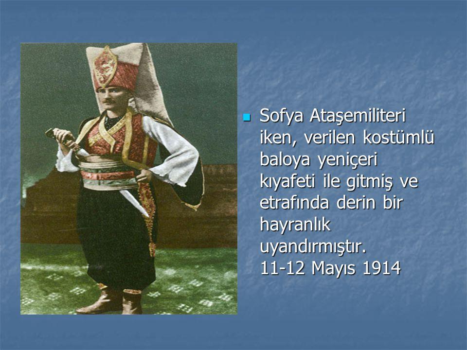 Cumhuriyet Bayramı tebriklerini kabul için T.B.M.M.'ne gelirken... 29 Ekim 1937