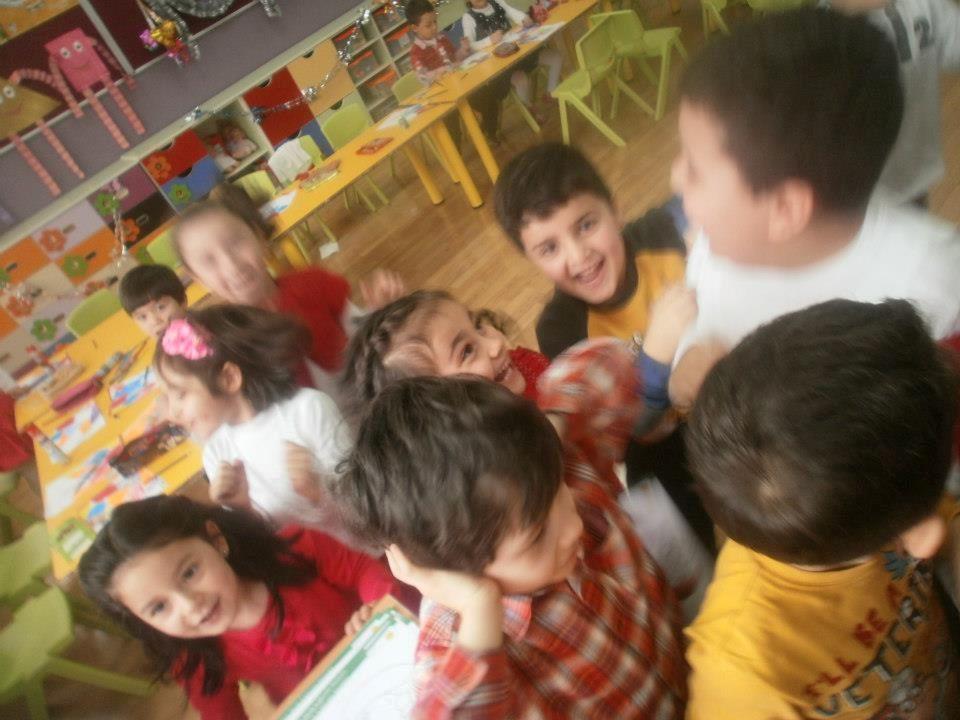 Sınıfa girdiğimizde uygun anı bekleyip, çocuklara: 'mektuplarınız geldi!' dediğimizde okuma yazma bilmeyen çocuklar, sevinçle, yeni arkadaşlarından ge
