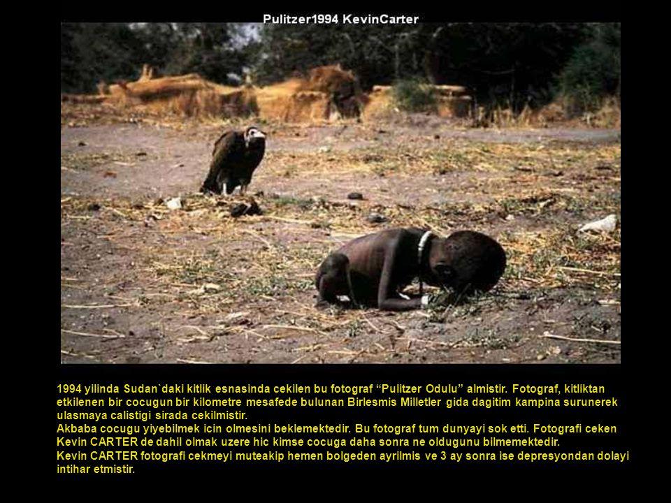 """1994 yilinda Sudan`daki kitlik esnasinda cekilen bu fotograf """"Pulitzer Odulu"""" almistir. Fotograf, kitliktan etkilenen bir cocugun bir kilometre mesafe"""