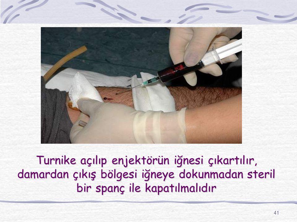 41 Turnike açılıp enjektörün iğnesi çıkartılır, damardan çıkış bölgesi iğneye dokunmadan steril bir spanç ile kapatılmalıdır
