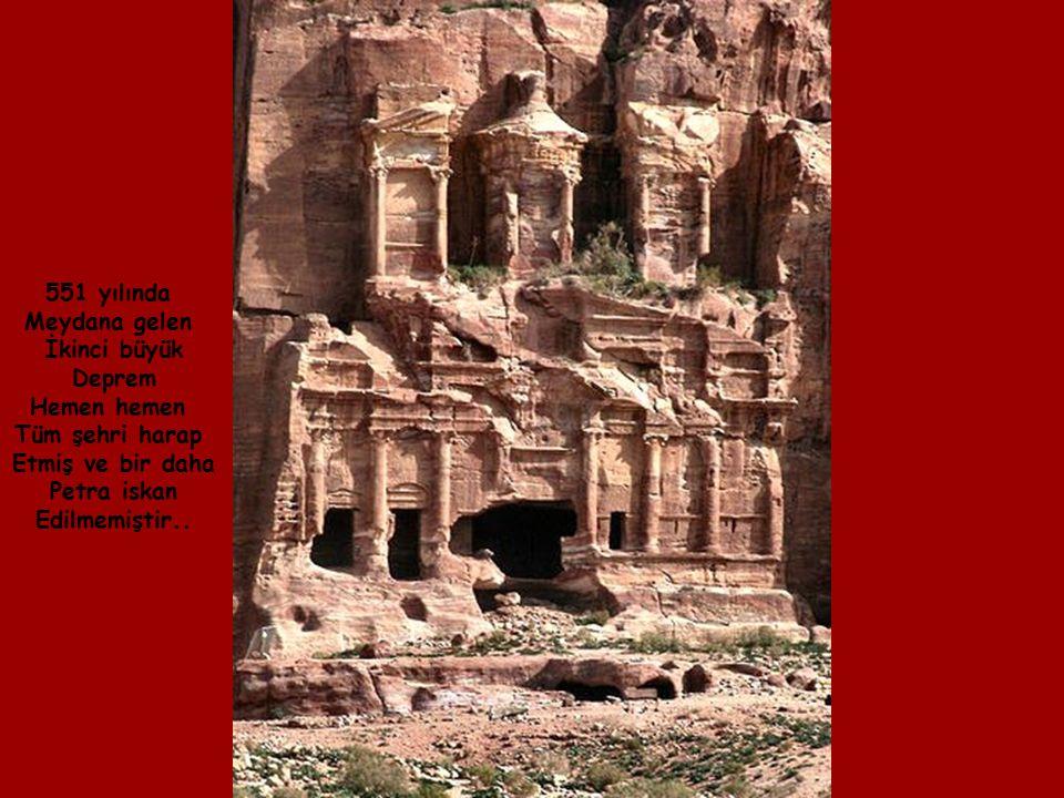 Grek-Roma stilinde inşa edilen bu tiyatronun 4,000 kişlik kapasitesi vardı.