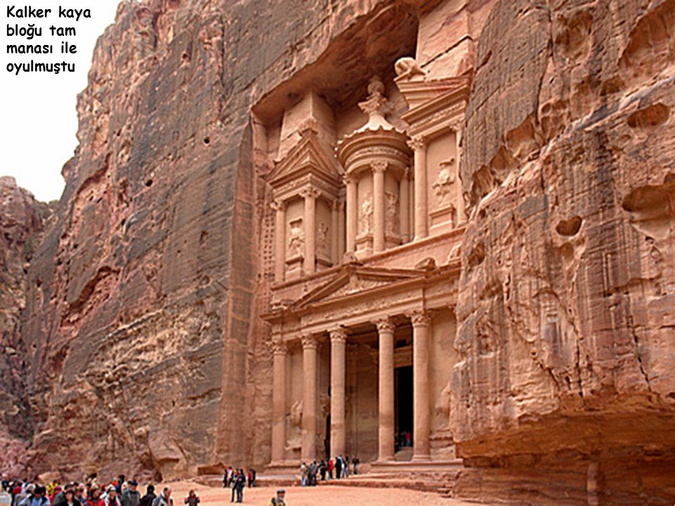 Petra sarayı, Grek mimarisine uygun bir mabet olup,aynı zamanda Hazine dairesi diye anılıyordu ve 42m.