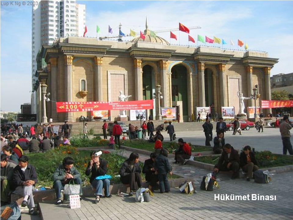Tiançi Gölü kıyısında Anıt