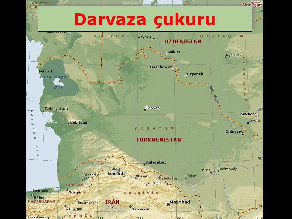 Türkmenistan ın Karakoum çölünün tam ortasında kaybolan Darvaza şehrinin yakınında yaklaşık 100 metre çapında 20 metre derinliğinde Cehennemin kapısı isminde bir çukur vardır.