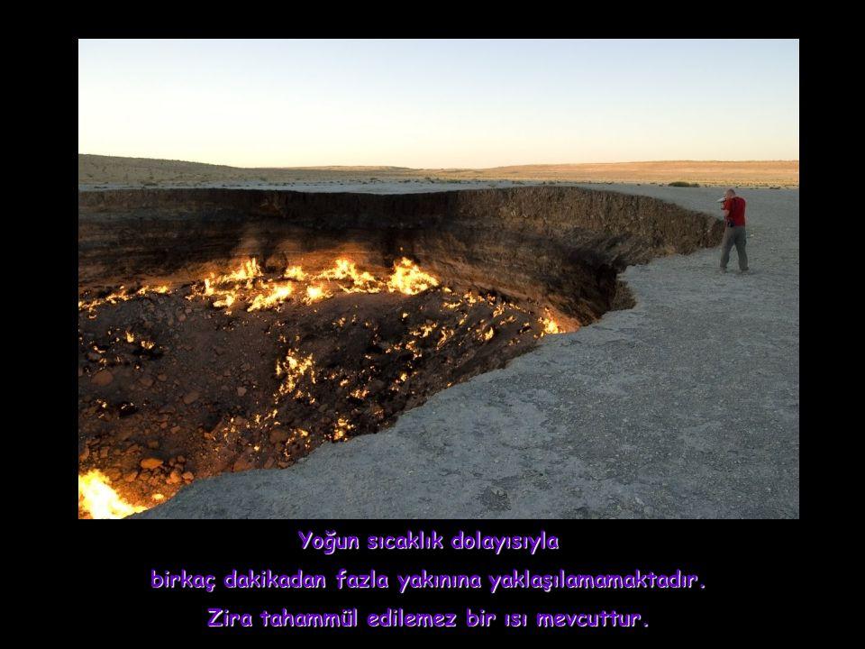Akşamları kuyunun büyüleyici manzarası sanki halen yanan bir volkanik krater intibaını vermekte