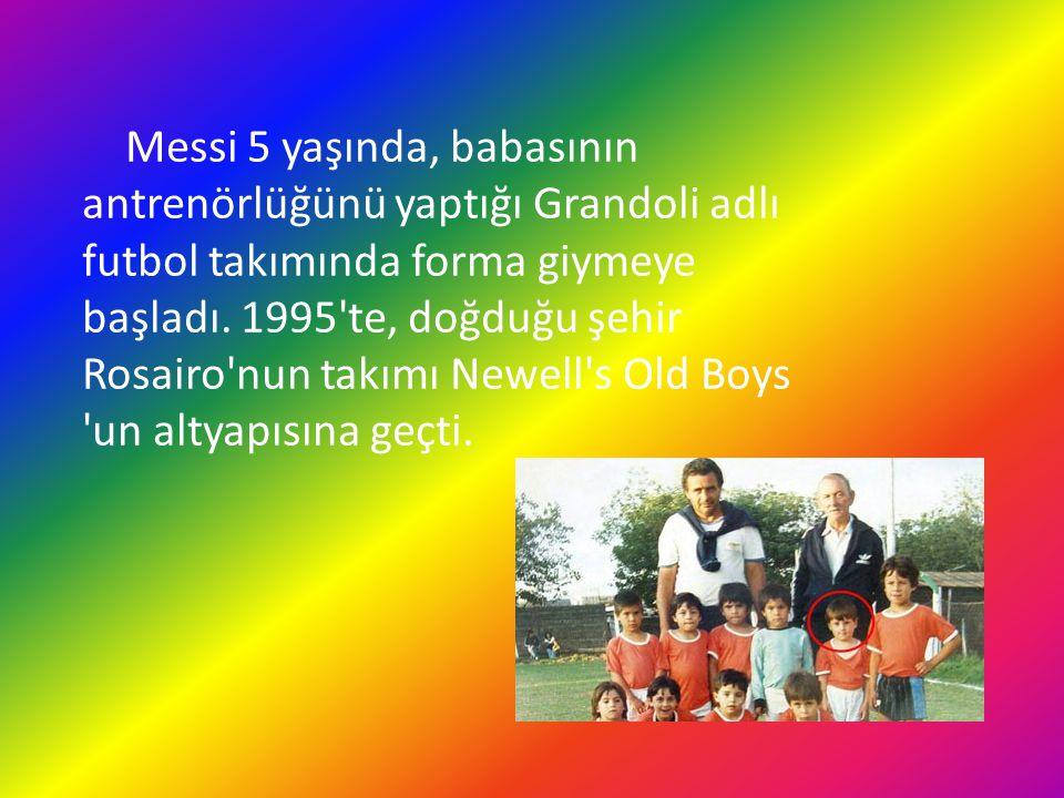 Messi 5 yaşında, babasının antrenörlüğünü yaptığı Grandoli adlı futbol takımında forma giymeye başladı. 1995'te, doğduğu şehir Rosairo'nun takımı Newe