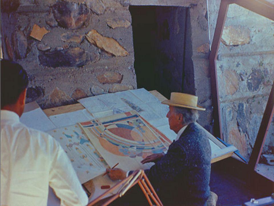  Wright'ın öğrencileri çizime geçmeden önce tarımla uğraşıyor ve inşaatlarda çalışıyorlardı.Teoriye gömülmeden önce, mimari ile hayat bütünleşmesini birebir yaşayarak öğreniyorlardı.Çizime geçebilme seviyesine gelebilmek, Taliesin'de büyük bir aşama idi.
