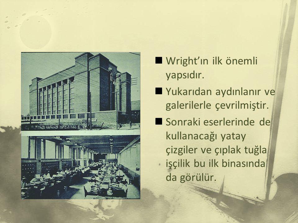Sullivan'ın süslü mimarisinin etkisinden çabuk kurtulan Wright açık planlı, çok kanatlı uzun pencere dizili binalar yaparak bilhassa özel ev mimarisinin gelişmesinde büyük bir rol oynadı.