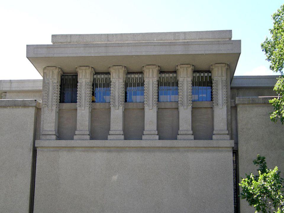 Evlerini mümkün olduğunca manzaraya, ışığa, temiz havaya açan Wright kamusal binalarında tamamiyle içe dönük bir şema geliştirdi: Yukarıdan aldığı ışıkla aydınlanan ortak mekân, tüm birimlerin açıldığı odak noktasıydı.