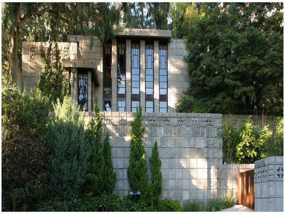 1923 yılında inşası biten bina dokulu taşlardan yapılmıştır.