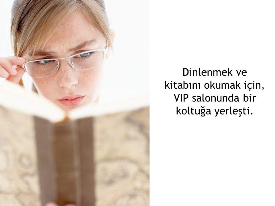 Dinlenmek ve kitabını okumak için, VIP salonunda bir koltuğa yerleşti.