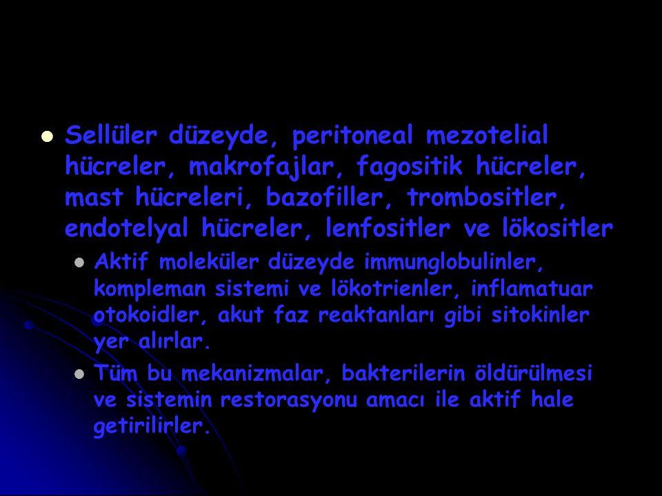Sellüler düzeyde, peritoneal mezotelial hücreler, makrofajlar, fagositik hücreler, mast hücreleri, bazofiller, trombositler, endotelyal hücreler, lenf
