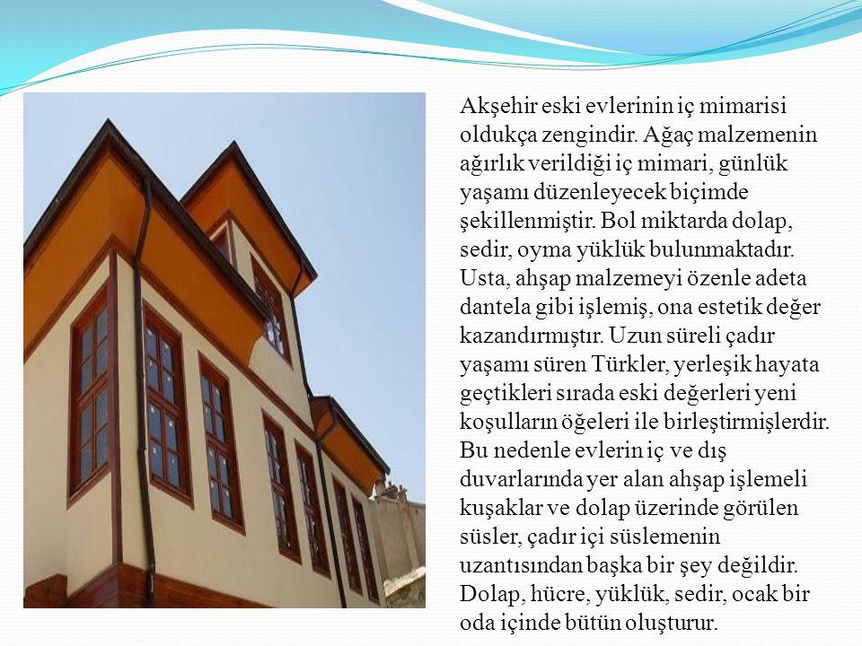 Akşehir eski evlerinin iç mimarisi oldukça zengindir. Ağaç malzemenin ağırlık verildiği iç mimari, günlük yaşamı düzenleyecek biçimde şekillenmiştir.