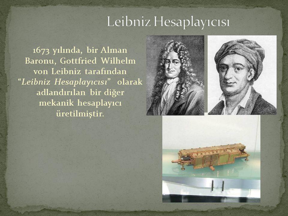 """1673 yılında, bir Alman Baronu, Gottfried Wilhelm von Leibniz tarafından """"Leibniz Hesaplayıcısı"""" olarak adlandırılan bir diğer mekanik hesaplayıcı üre"""