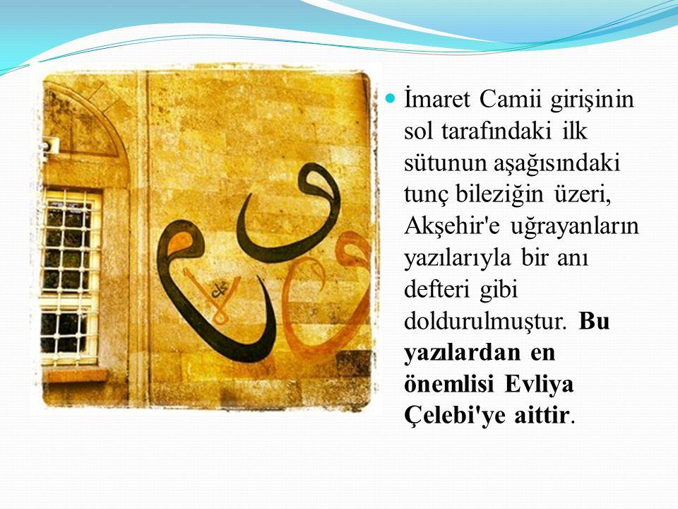 İmaret Camii girişinin sol tarafındaki ilk sütunun aşağısındaki tunç bileziğin üzeri, Akşehir'e uğrayanların yazılarıyla bir anı defteri gibi doldurul