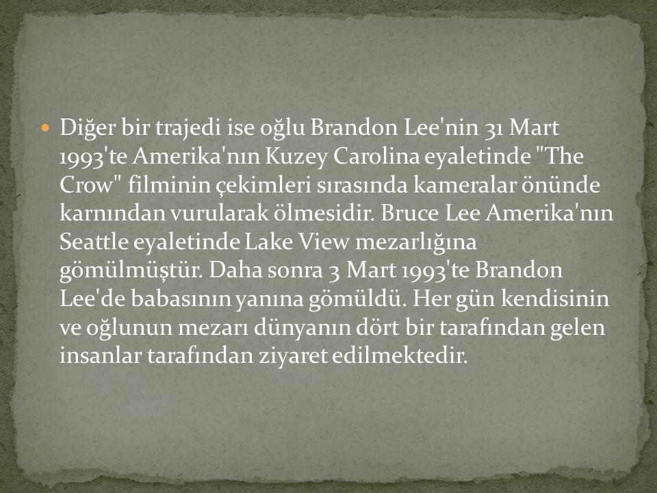 Diğer bir trajedi ise oğlu Brandon Lee nin 31 Mart 1993 te Amerika nın Kuzey Carolina eyaletinde The Crow filminin çekimleri sırasında kameralar önünde karnından vurularak ölmesidir.