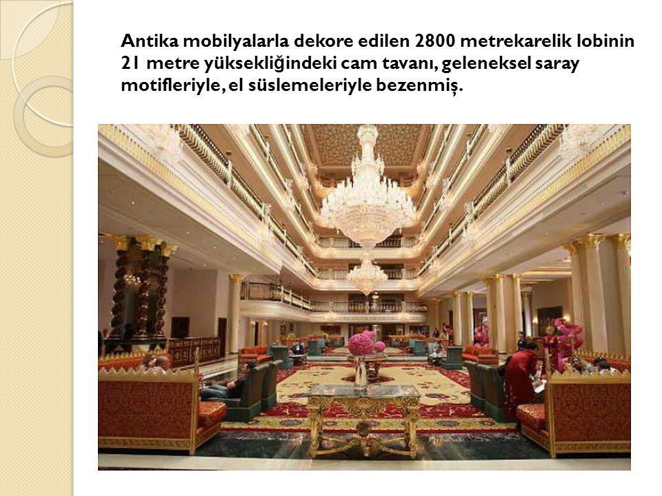 Antika mobilyalarla dekore edilen 2800 metrekarelik lobinin 21 metre yüksekli ğ indeki cam tavanı, geleneksel saray motifleriyle, el süslemeleriyle bezenmiş.