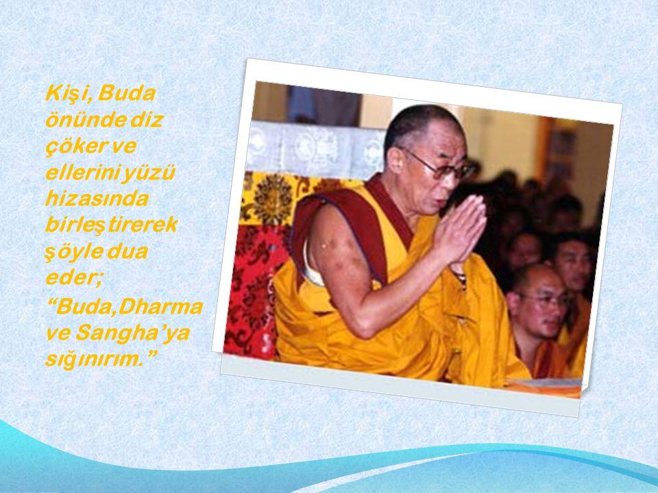 """Ki ş i, Buda önünde diz çöker ve ellerini yüzü hizasında birle ş tirerek ş öyle dua eder; """"Buda,Dharma ve Sangha'ya sı ğ ınırım."""""""