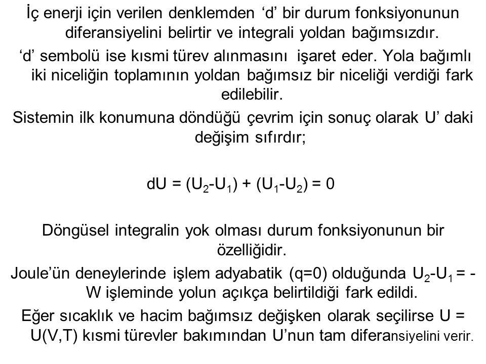 İç enerji için verilen denklemden 'd' bir durum fonksiyonunun diferansiyelini belirtir ve integrali yoldan bağımsızdır. 'd' sembolü ise kısmi türev al