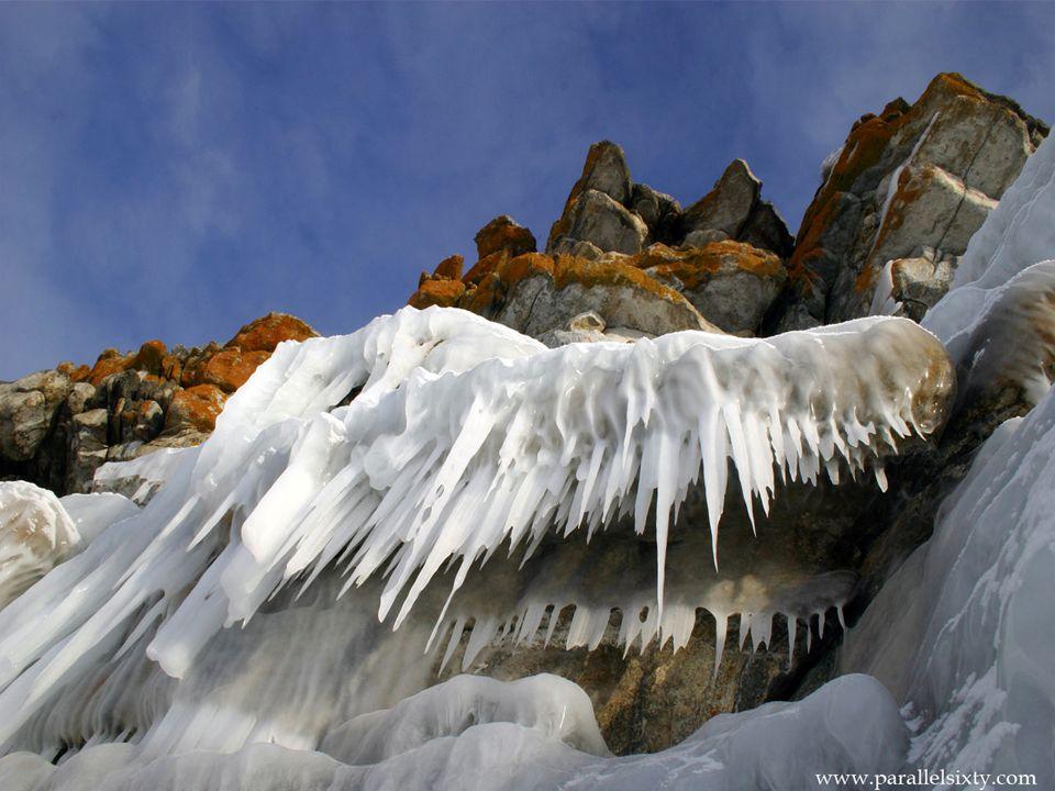 Das Eis ist im Winters so dick, dass Fahrzeuge über den See fahren können. Kışın buz tabakası o derece kalındır ki, araçlar üzerinden gidebilir.
