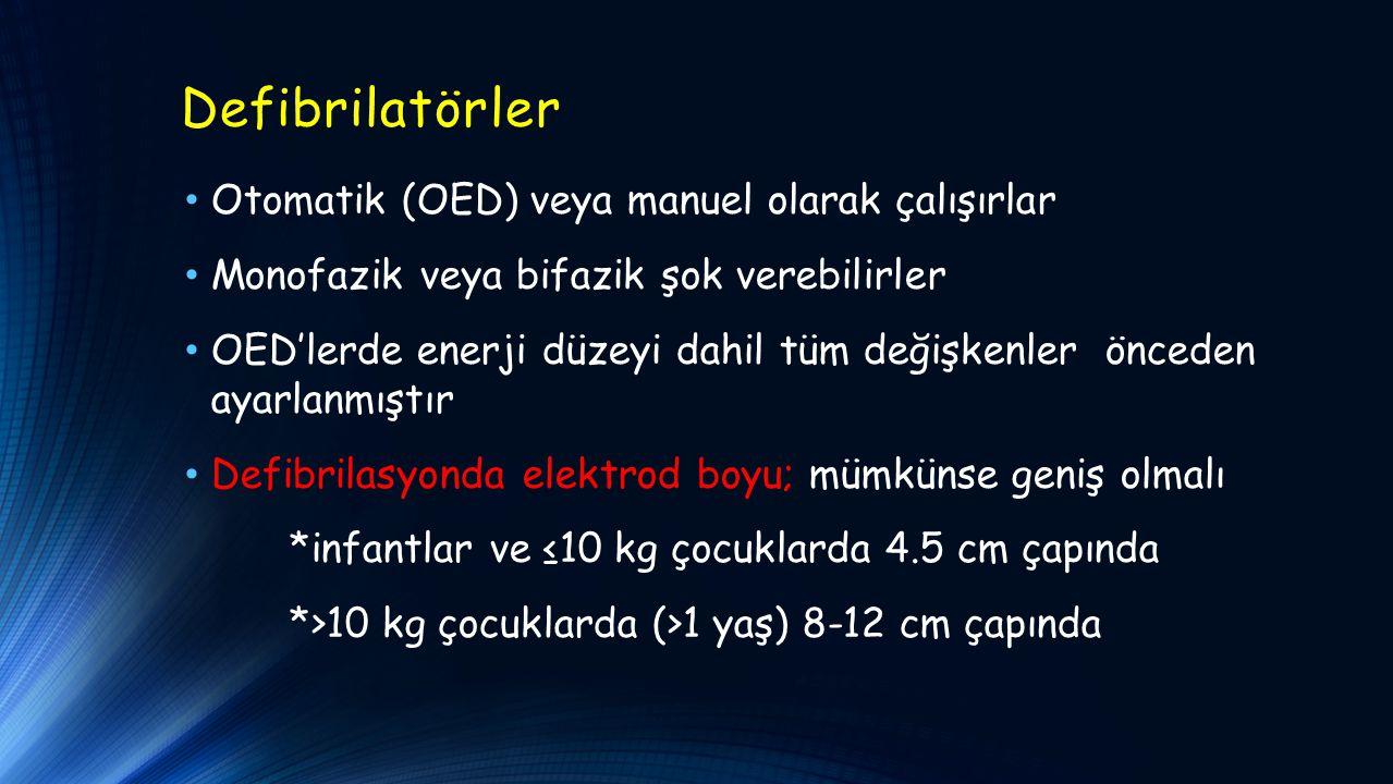 Defibrilatörler Otomatik (OED) veya manuel olarak çalışırlar Monofazik veya bifazik şok verebilirler OED'lerde enerji düzeyi dahil tüm değişkenler önceden ayarlanmıştır Defibrilasyonda elektrod boyu; mümkünse geniş olmalı *infantlar ve ≤10 kg çocuklarda 4.5 cm çapında *>10 kg çocuklarda (>1 yaş) 8-12 cm çapında