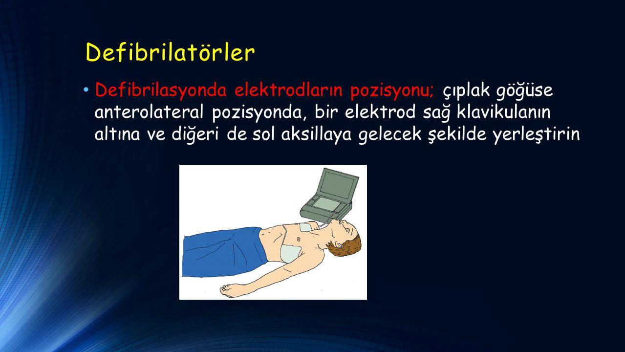 Defibrilatörler Defibrilasyonda elektrodların pozisyonu; çıplak göğüse anterolateral pozisyonda, bir elektrod sağ klavikulanın altına ve diğeri de sol