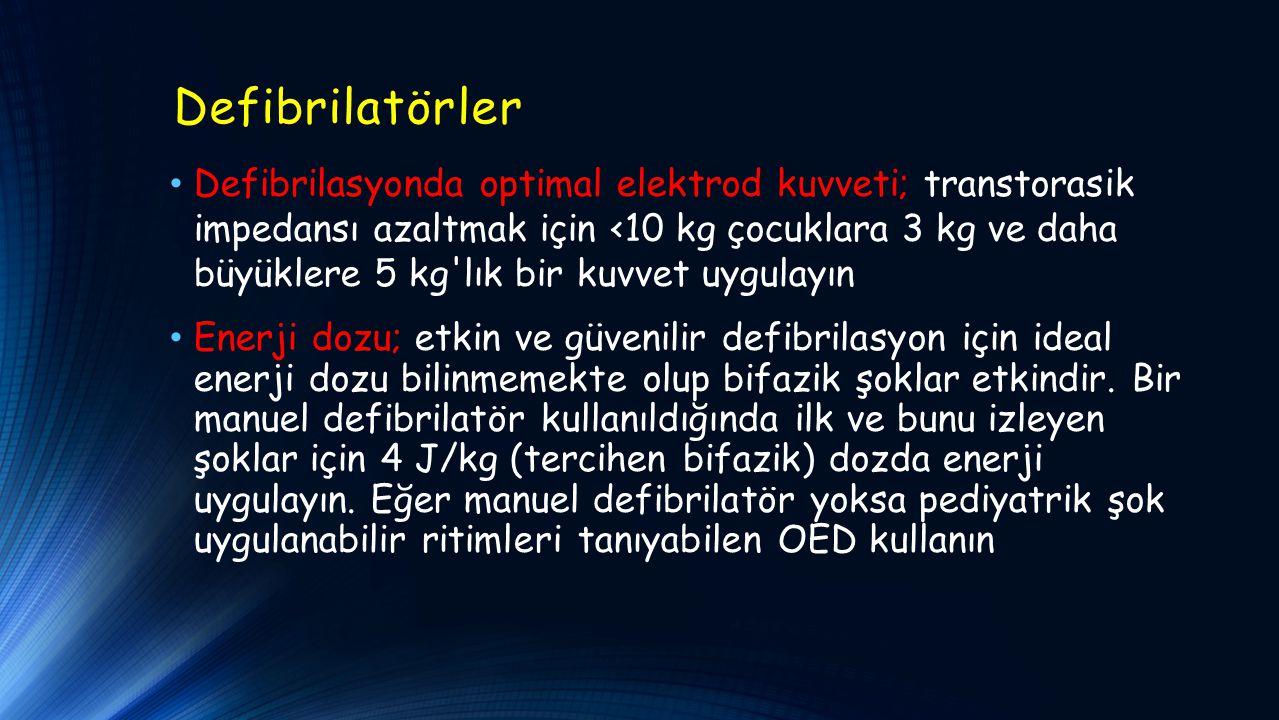 Defibrilatörler Defibrilasyonda optimal elektrod kuvveti; transtorasik impedansı azaltmak için <10 kg çocuklara 3 kg ve daha büyüklere 5 kg lık bir kuvvet uygulayın Enerji dozu; etkin ve güvenilir defibrilasyon için ideal enerji dozu bilinmemekte olup bifazik şoklar etkindir.