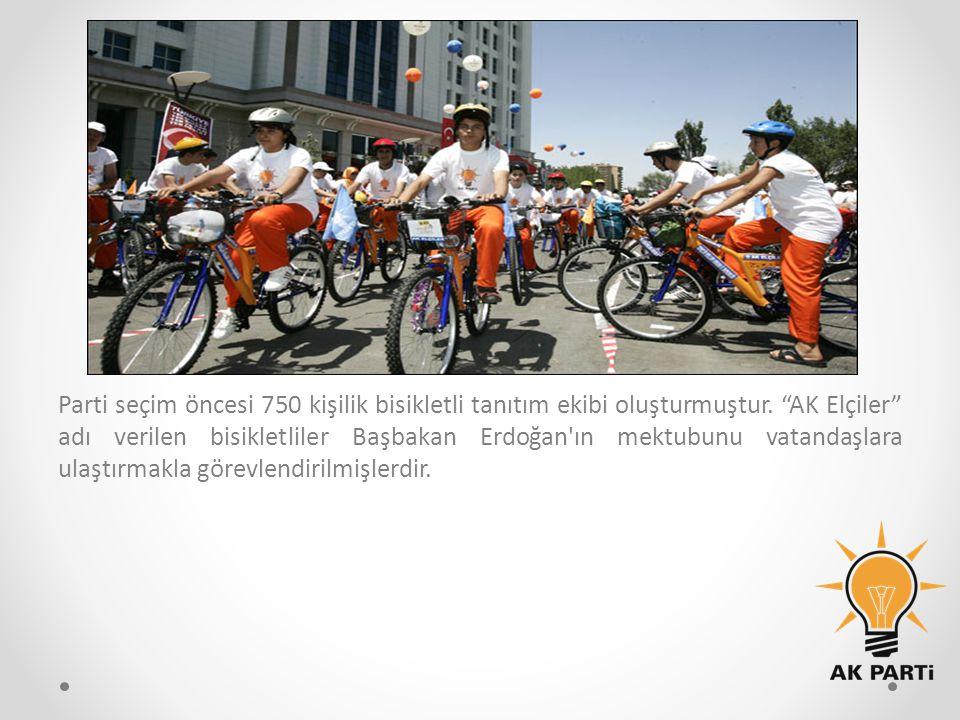 """Parti seçim öncesi 750 kişilik bisikletli tanıtım ekibi oluşturmuştur. """"AK Elçiler"""" adı verilen bisikletliler Başbakan Erdoğan'ın mektubunu vatandaşla"""
