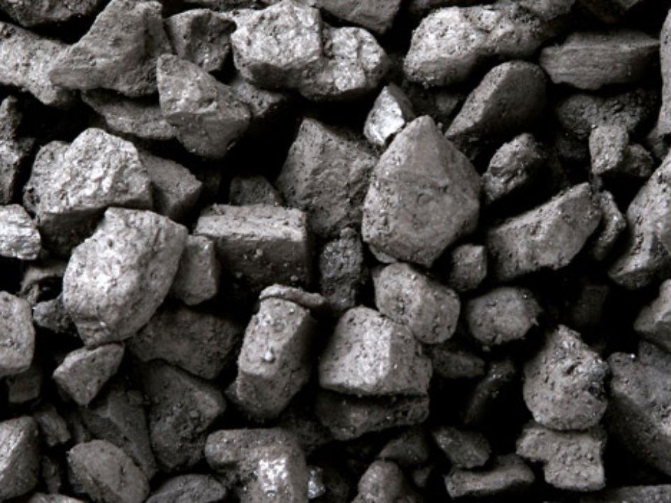 Özellikle günümüzde çok önemli bir yeri olan petrol, doğal gaz ve kömür yenilenemeyen kaynaklardandır.
