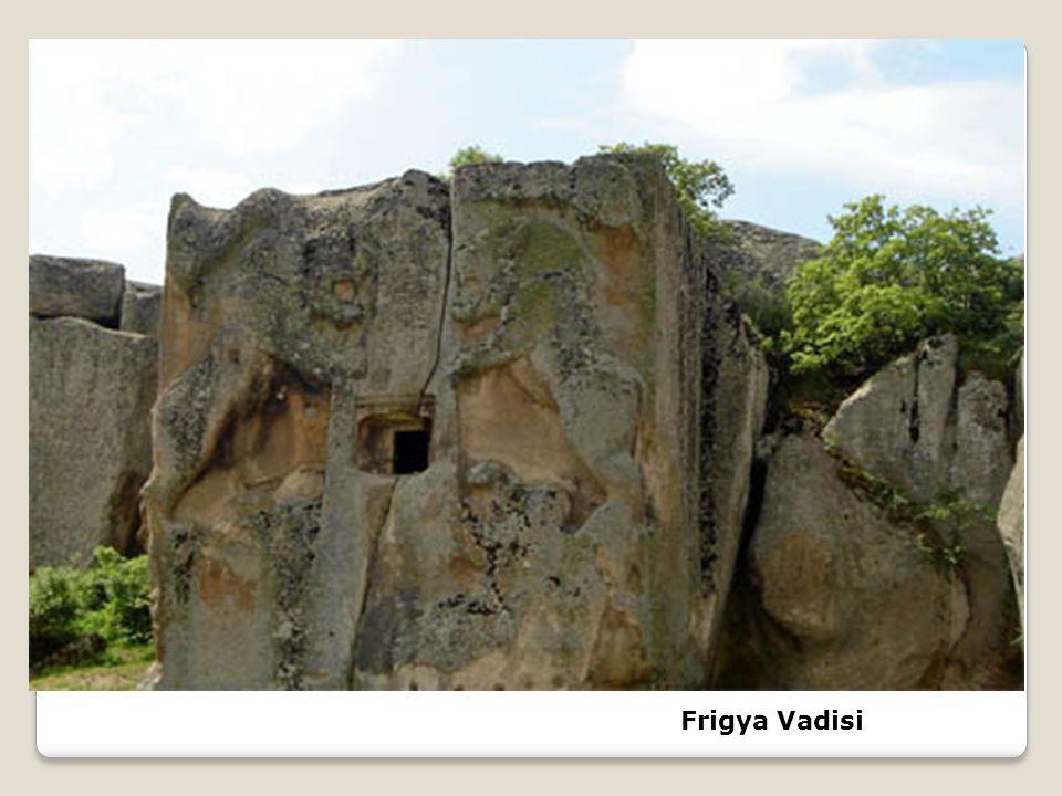 Frigler, krallarını ve soylu kişileri Tümülüs adı verilen,ağaçtan yapılmış ve üzeri toprakla örtülen yığma mezarlara gömerlerdi.