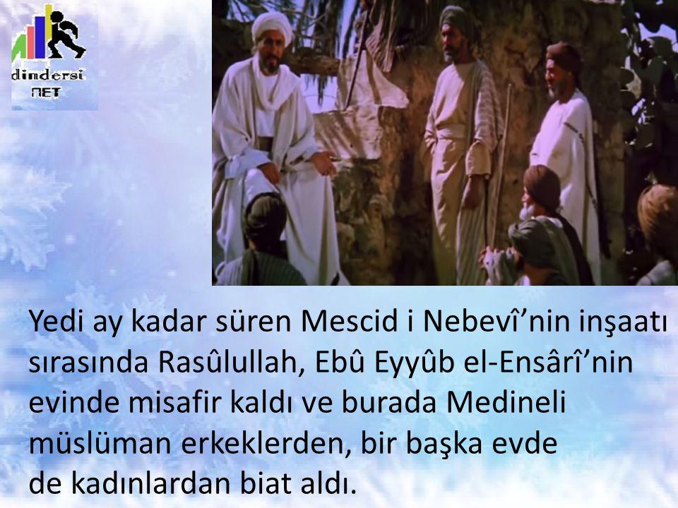 Yedi ay kadar süren Mescid i Nebevî'nin inşaatı sırasında Rasûlullah, Ebû Eyyûb el-Ensârî'nin evinde misafir kaldı ve burada Medineli müslüman erkeklerden, bir başka evde de kadınlardan biat aldı.