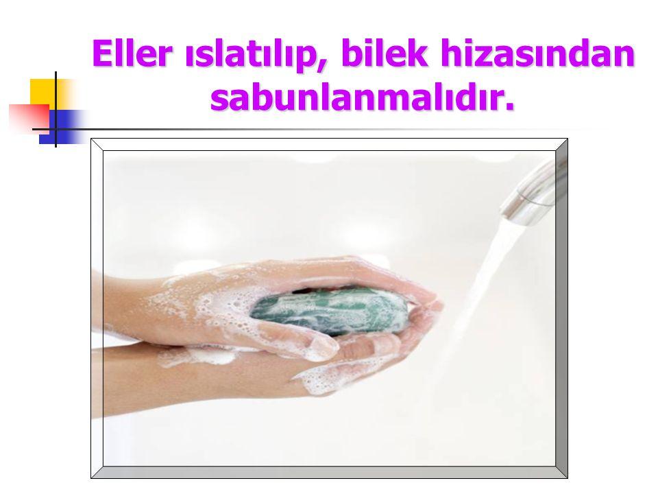 Eller ıslatılıp, bilek hizasından sabunlanmalıdır.