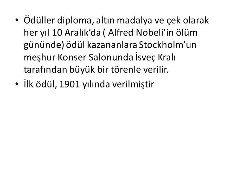 Ödüller diploma, altın madalya ve çek olarak her yıl 10 Aralık'da ( Alfred Nobeli'in ölüm gününde) ödül kazananlara Stockholm'un meşhur Konser Salonunda İsveç Kralı tarafından büyük bir törenle verilir.