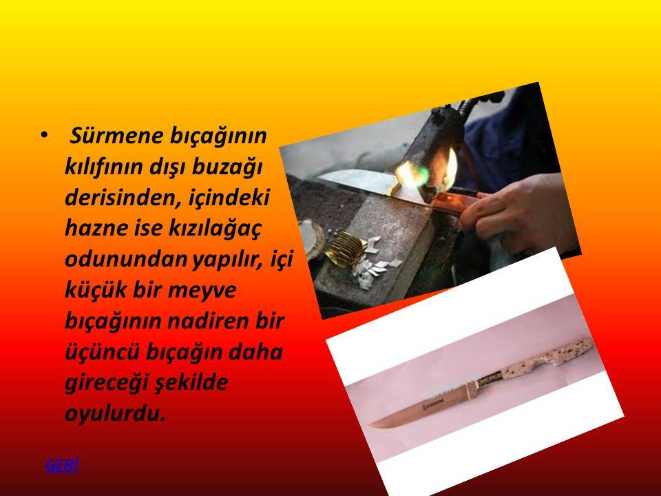 Sürmene bıçağının kılıfının dışı buzağı derisinden, içindeki hazne ise kızılağaç odunundan yapılır, içi küçük bir meyve bıçağının nadiren bir üçüncü b